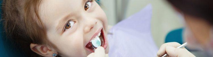dziewczynka u stomatologa